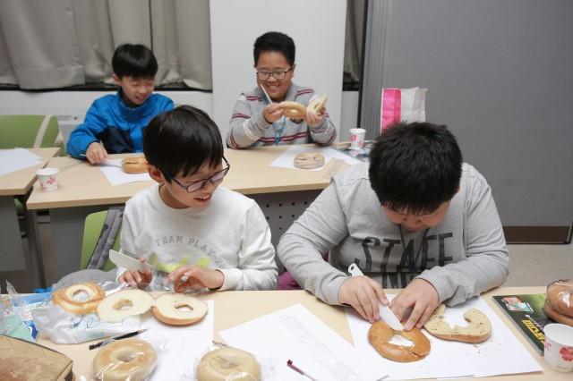 수학동아클리닉에 참여한 학생들이 베이글을 자르며 위상수학을 체험하고 있다. - (주)동아사이언스 제공